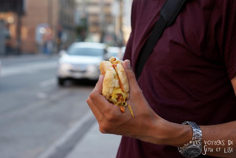 blog pvt canada toronto hot dog canada ontario voyage tour du monde seth lise couple manger stand vendeur ambulant hotdog