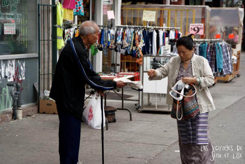 blog pvt canada toronto couple tour du monde portrait chinatown mendiant