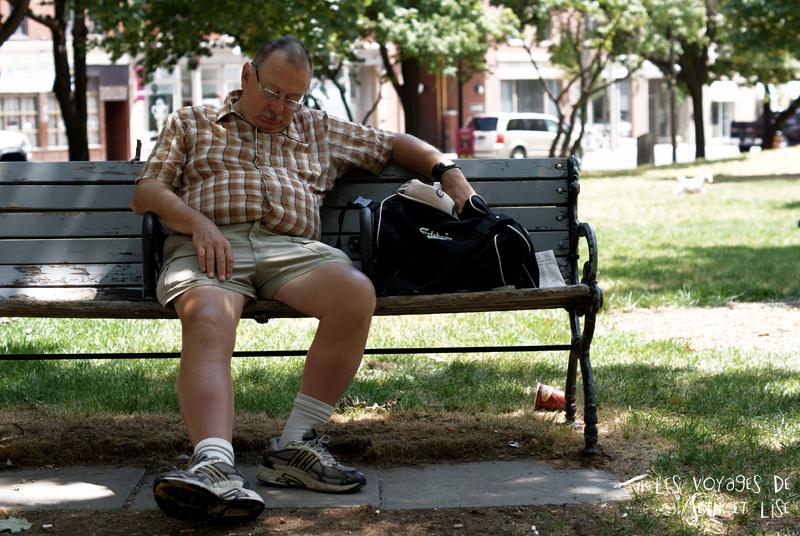 blog pvt canada toronto couple tour du monde portrait nap sieste banch bench parc